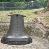 Monument de bronze en forme de cloche à la mémoire des fusillés au Mont-Valérien