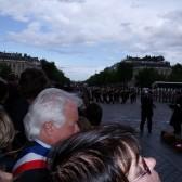 Dépôt de gerbes sous l'Arc de Triomphe