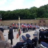 Des portes-drapeaux sur l'esplanade du Mont-Valérien
