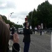 La voiture présidentielle arrive, saluée par les Gardes Républicains