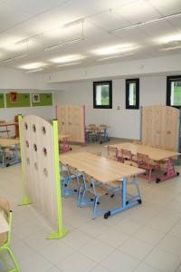 Chaque âge a sa taille de tables : rose pour les petits, bleu puis jaune quand on grandit.