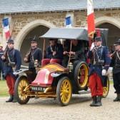 Le taxi de la Marne entouré des Poilus