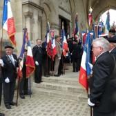 Accueil à l'entrée de la Chapelle par les porte-drapeaux.
