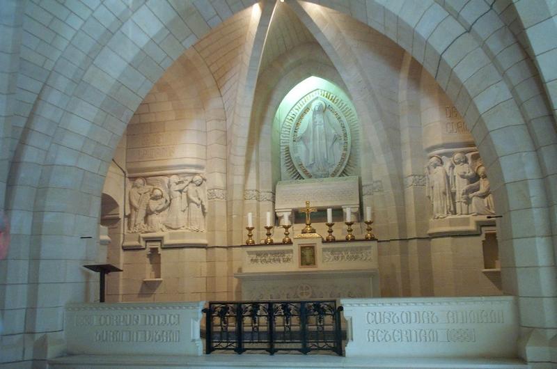 L'autel dans la chapelle inférieure du Mémorial de Dormans