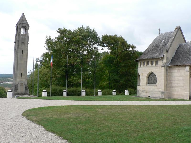 La lanterne des morts et l'ossuaire du Mémorial de Dormans