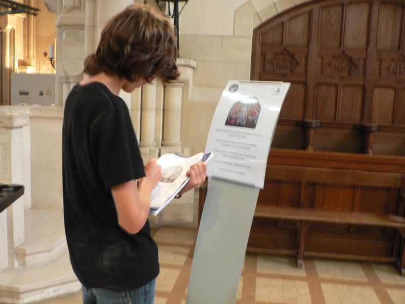 Un collégien utilisant un des panneaux explicatifs du Mémorial de Dormans