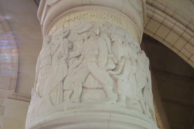 Un des piliers sculptés de la chapelle supérieure du Mémorial de Dormans
