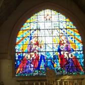 La grande verrière dans la chapelle supérieure du Mémorial de Dormans