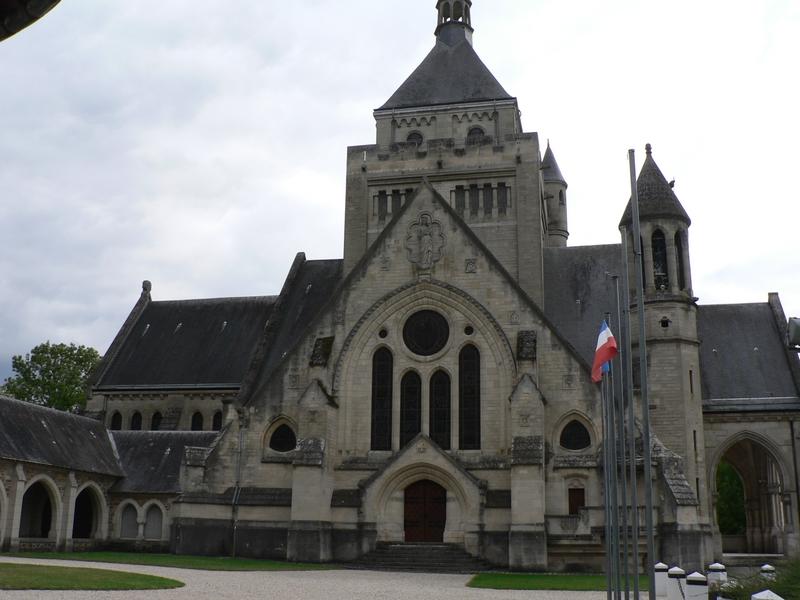 Le Mémorial de Dormans vu depuis le cloître