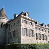 Le château de Dormans avec une tour médiévale et la façade du XVIIè siècle.