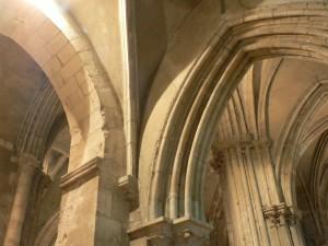 Des arcs brisés dans l'église saint Hippolyte.