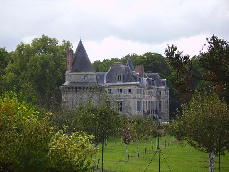 Derrière le château s'étend le verger conservatoire