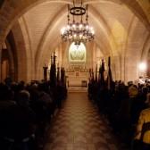 La prière pour les morts dans la crypte du Mémorial