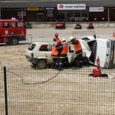 Centre de Secours de Dormans, journée porte ouverte du 12 juin 2010, les pompiers sécurisent le blessé et découpent la porte