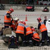 Centre de Secours de Dormans, journée porte ouverte du 12 juin 2010, les pompiers glissent une planche sous le blessé
