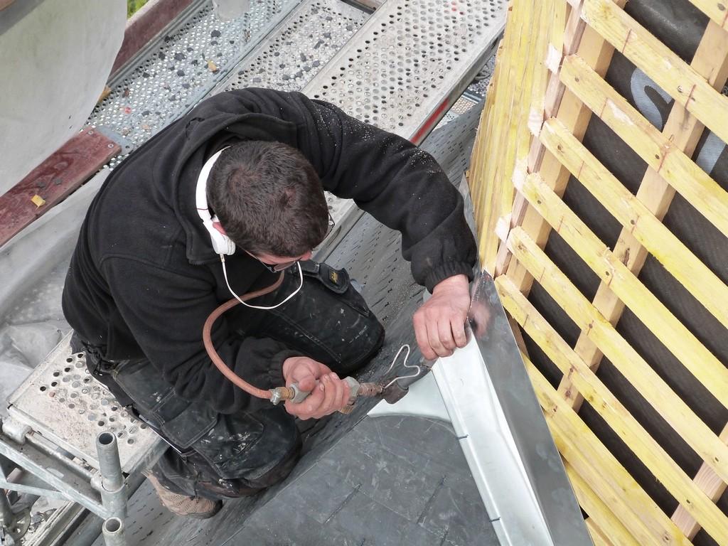 Après la pose des ardoises , il faut fixer le solin entre les deux éléments de toiture