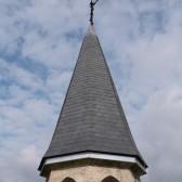 La flèche du Mémorial dont la couverture est achevée.