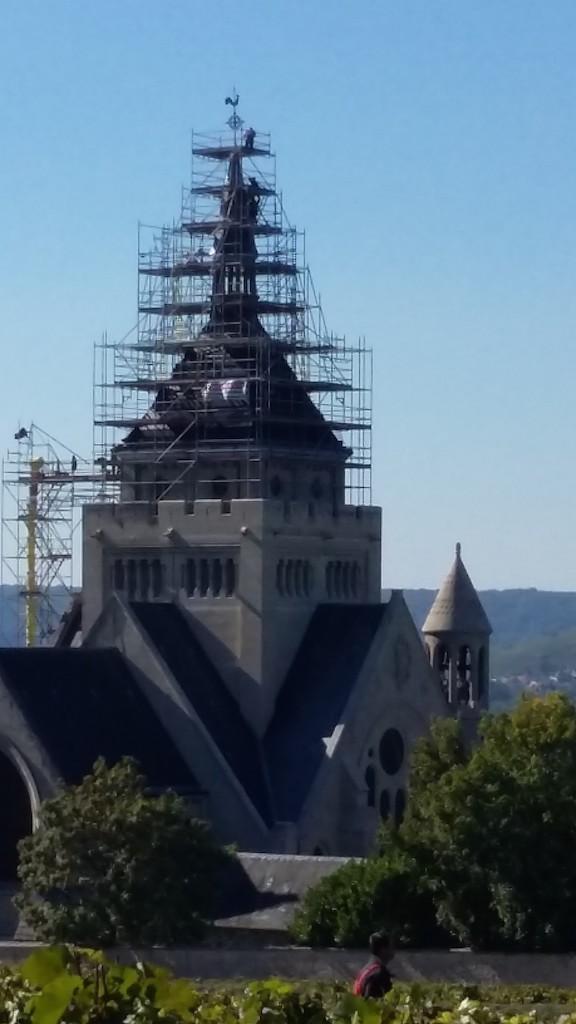 Les échafaudages des travaux du mémorial de Dormans