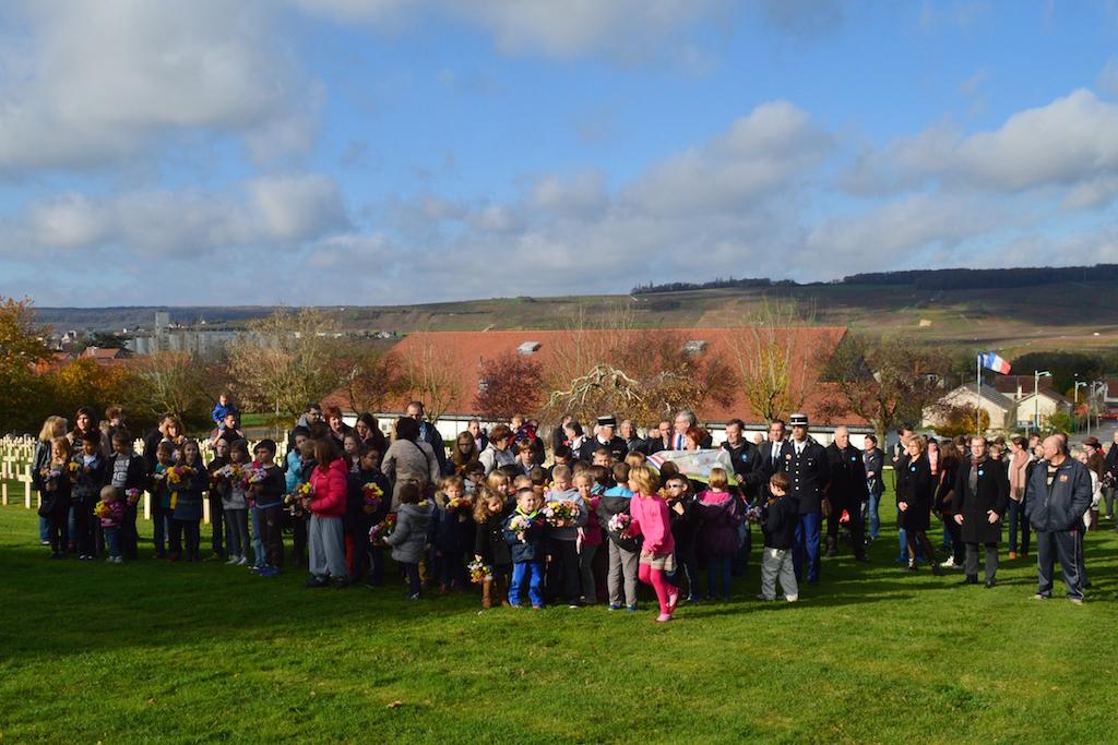 Les enfants et l'assemblée avant le dépôt des fleurs aux cimetières militaires de Dormans 11 novembre 2015