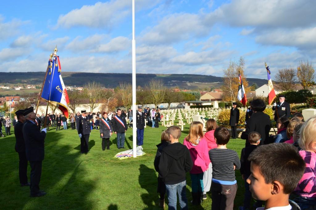 Pendant la Marseillaise à la fin de la cérémonie aux cimetières militaires de Dormans 11 novembre 2015.