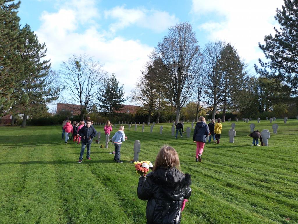 Dépôt de bouquets de fleurs par les enfants ici dans le cimetière militaire allemand de Dormans 11 novembre 2015