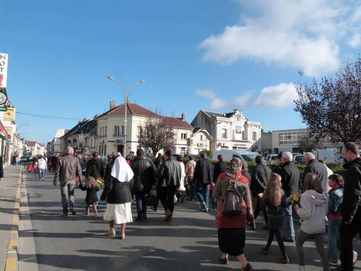 Le défile à travers Dormans