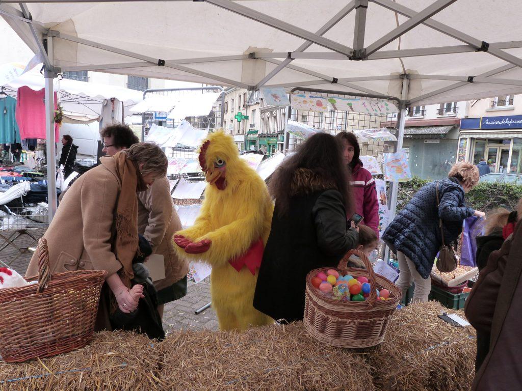 La poule et les oeufs lors de l'animation de Pâques au marché de Dormans