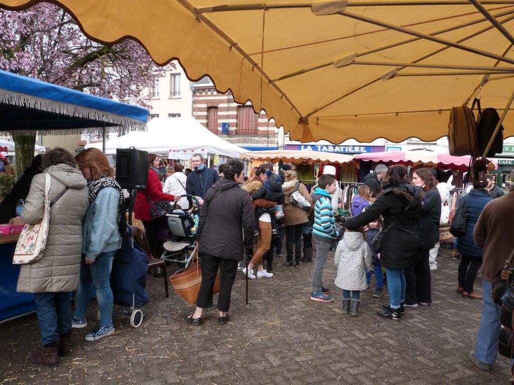 La foule des enfants et de leurs parents lors de l'animation de Pâques au marché de Dormans