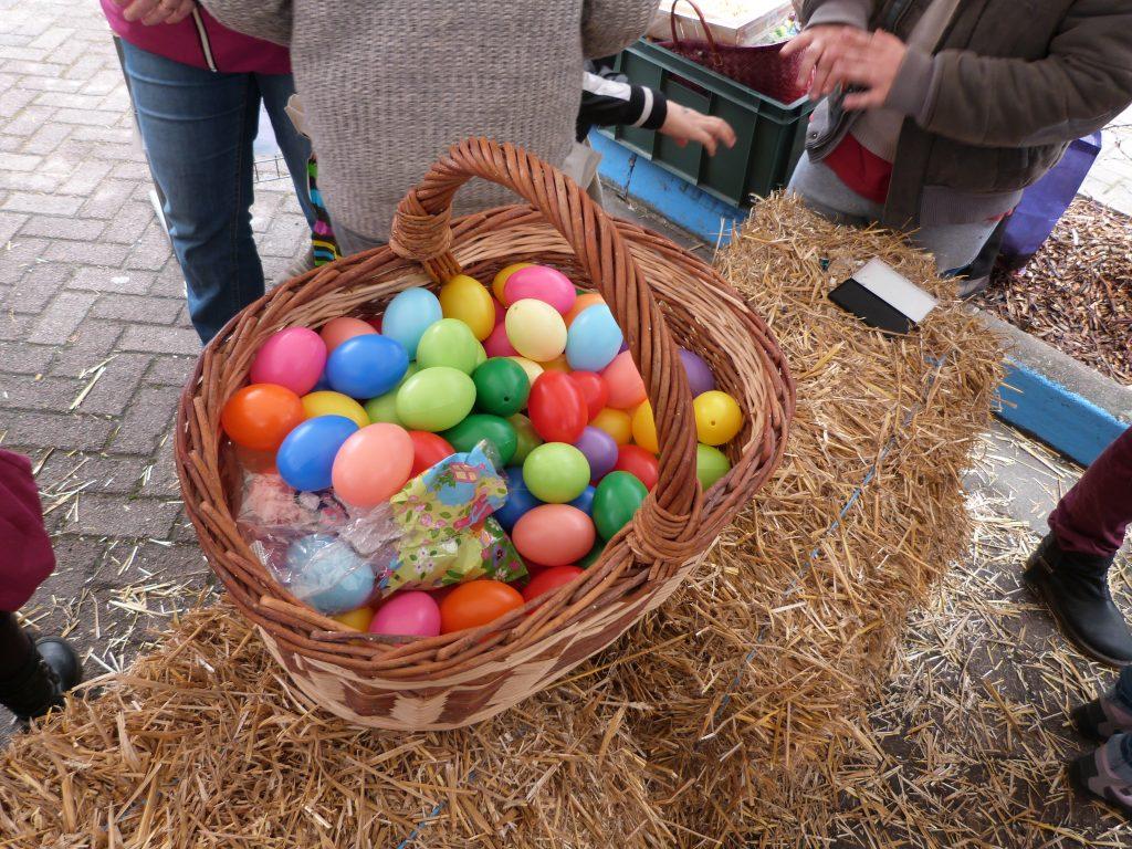Les oeufs en plastiques échangés lors de l'animation de Pâques au marché de Dormans