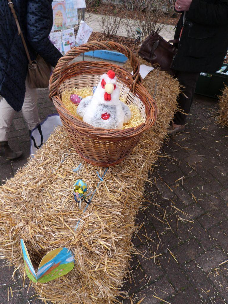 La poule dans son nid animation de Pâques au marché de Dormans