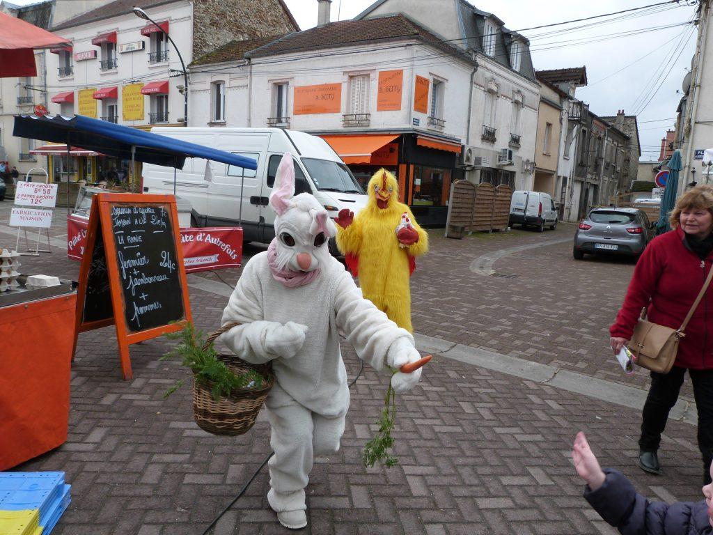 La poule et le lapin animation de Pâques au marché de Dormans
