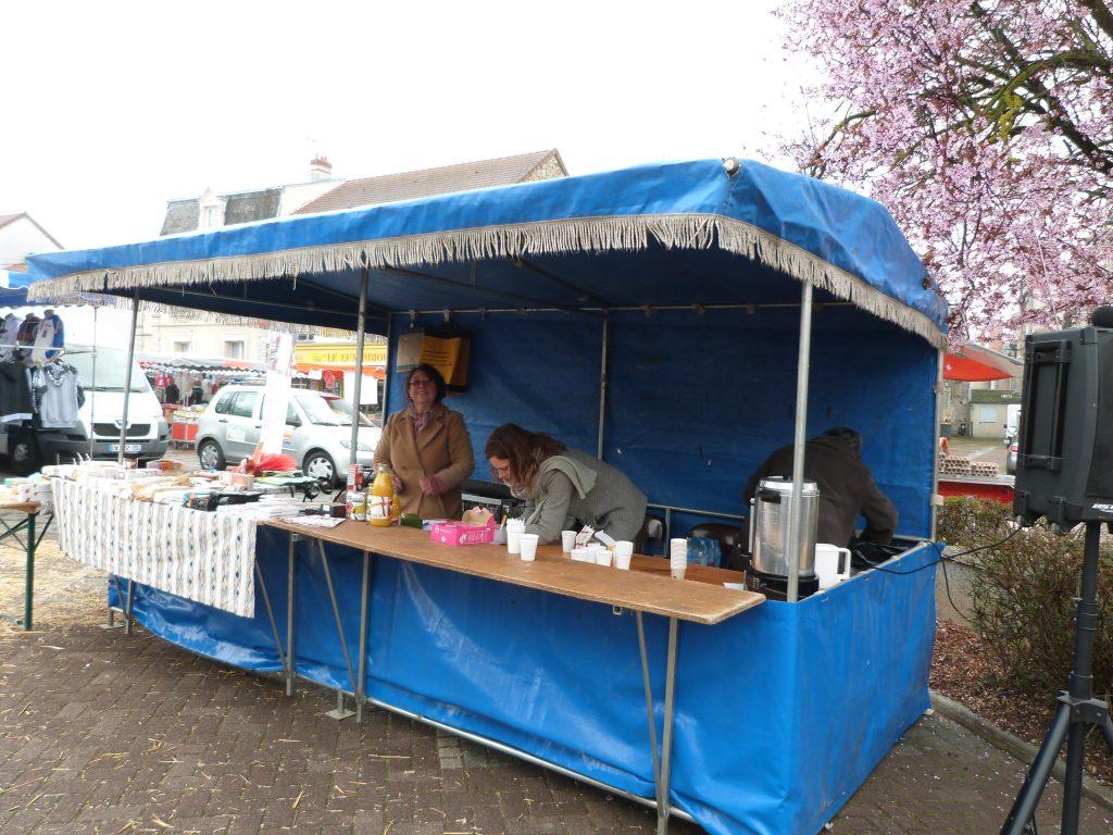 Le stand du commerce équitable lors de l'animation de Pâques au marché de Dormans
