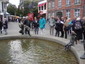 le groupe franco-allemand dans les rues d'Aix-la-Chapelle