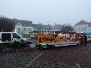 Le marché tôt le matin de la foire de Dormans en 2016