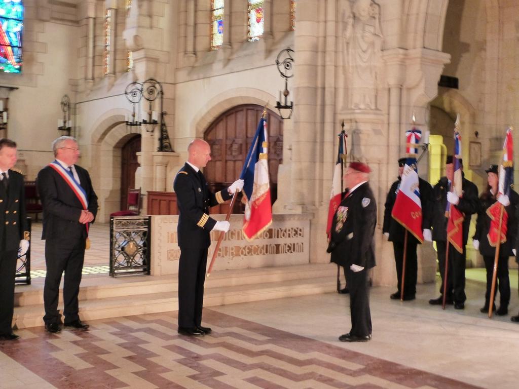 Remise du drapeau officiel du Mémorial de Dormans à son porte-drapeau le 11 novembre 2016