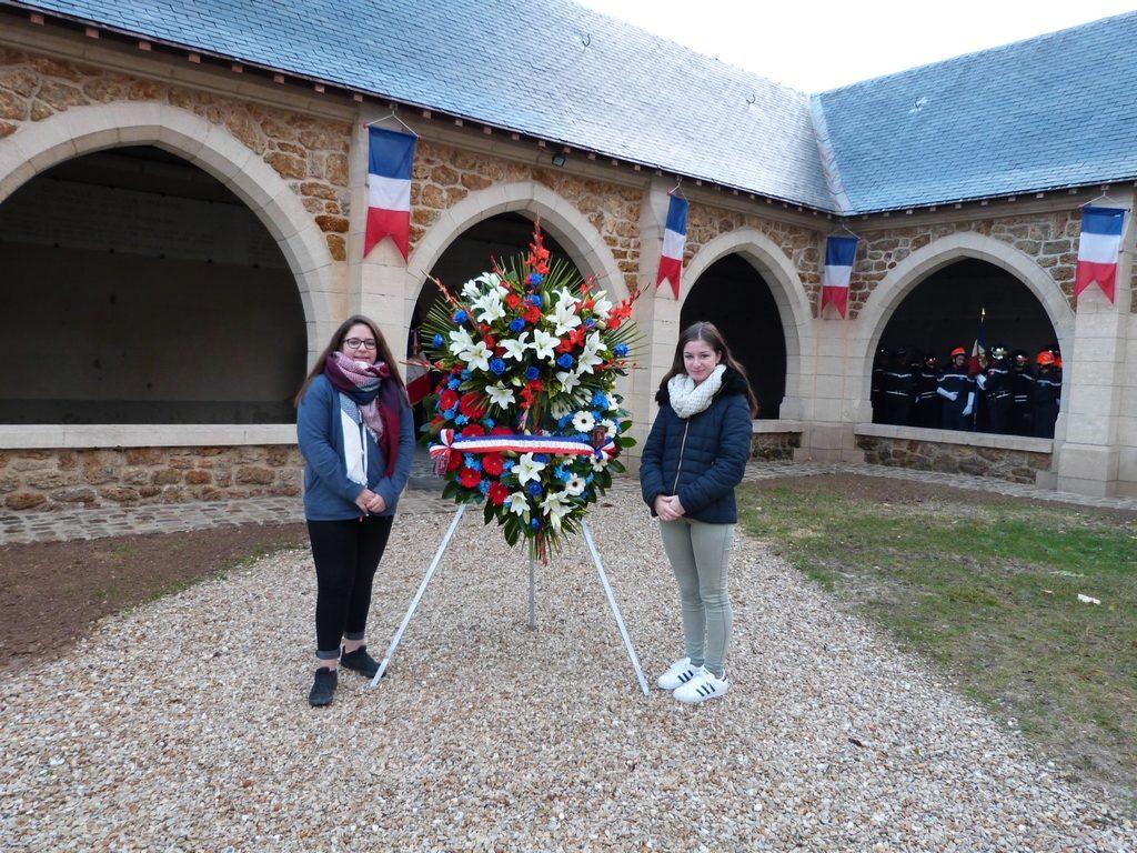 Zoé et Léane élèves de 3è du collège de Dormans au Mémorial de Dormans le 11 novembre 2016