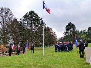 Les pompiers et les porte-drapeau au cimetière militaire Dormans 11 novembre 2016