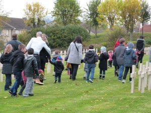 Les enfants partent pour déposer les fleurs côté français au cimetière militaire Dormans 11 novembre 2016