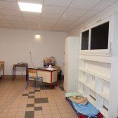 le bureau de l'adulte dans le dortoir de l'école des Erables à Dormans