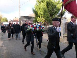 Dans les rues de Soilly, Valérie Litoux et Didier Talon portent les fleurs qu'ils vont déposer au monument aux morts.