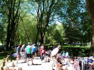 la foule des grands jours dans le parc pendant la brocante