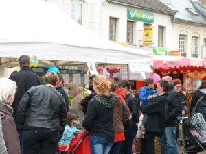 animation du marché de Dormans avril 2017 On se presse pour échanger les oeufs