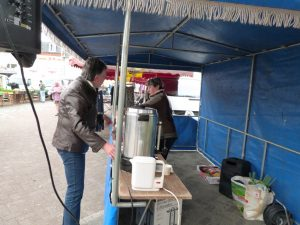 animation du marché de Dormans avril 2017 Installation du stand