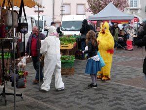 animation du marché de Dormans avril 2017 Le lapin et la poule dans le marché