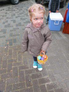 animation du marché de Dormans avril 2017 Une petite fille et sa récolte d'oeufs