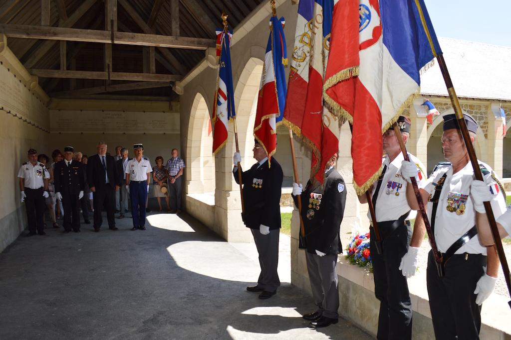 Les porte-drapeau et l'assistance lors de la cérémonie du 18 juin 2017 au Mémorial de Dormans