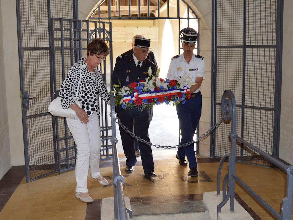 Le dépôt de gerbe lors de la cérémonie du 18 juin 2017 au Mémorial de Dormans