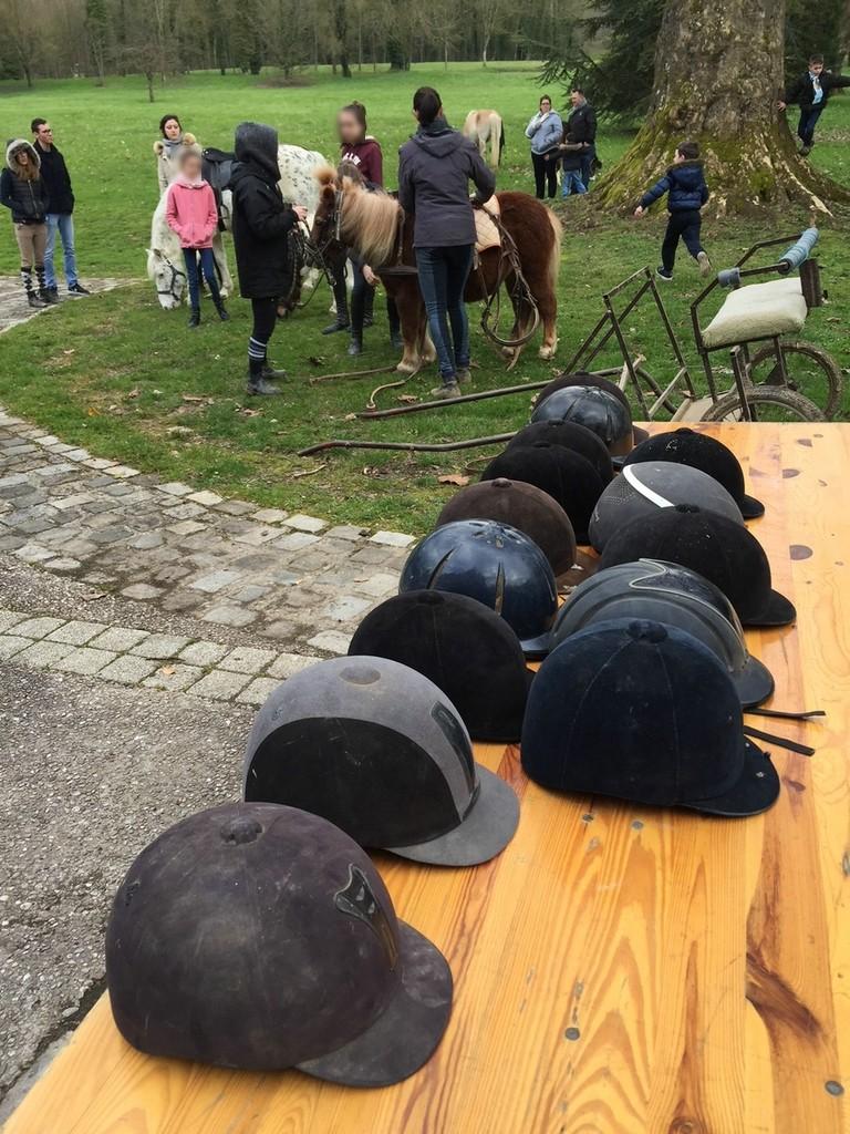 Promenade avec les poneys au parc du château : casques obligatoires