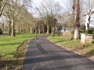 Voirie aménagée dans le parc du château de Dormans en direction du Mémorial.