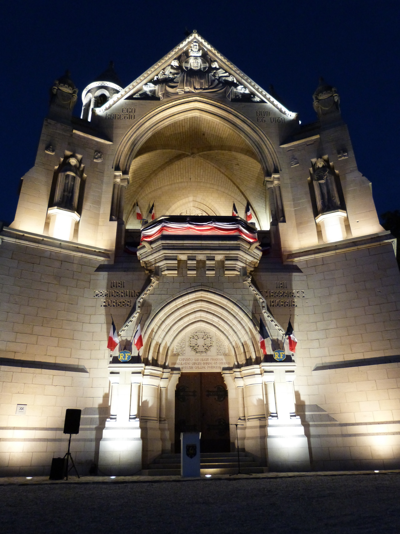 La façade du Mémorial de Dormans avec son nouvel éclairage